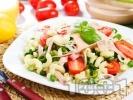 Рецепта Лесна салата с паста, шунка, чери домати, пресен лук и сос от майонеза и горчица